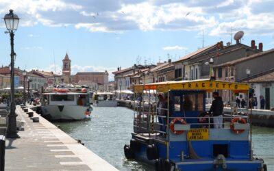 """""""Attraversare il Porto Canale con il traghetto: una piccola emozionante esperienza"""""""